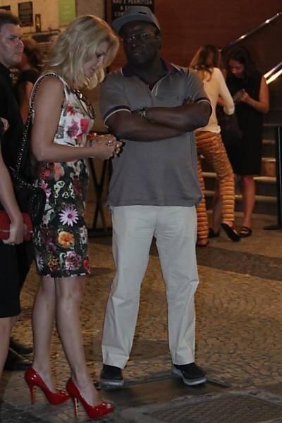 9.dez.2014 - Antônia Fontenelle , 41, e o ex-ministro do Supremo Tribunal Federal, Joaquim Barbosa, 60, na saída de um teatro, no bairro do Leblon, zona sul do Rio, após assistirem o espetáculo