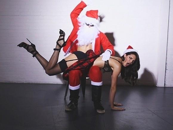 9.dez.2014 - Kendall Jenner, irmã mais nova de Kim Kardashian, protagoniza ensaio inusitado ao lado de um papai noel às avessas