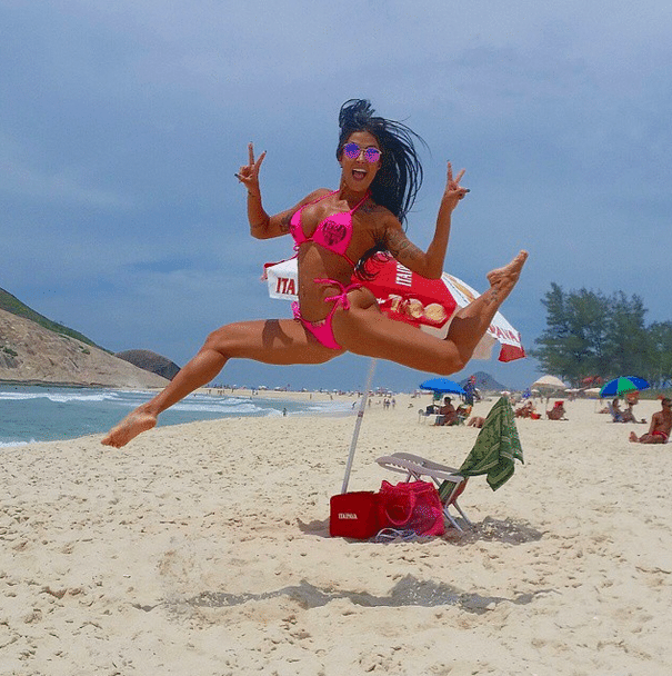 """10.dez.2014 - Aline Riscado, ex-bailarina do """"Domingão do Faustão"""", publicou fotos de biquíni rosa em seu perfil do Instagram e mostrou suas curvas: """"Bom dia"""", desejou a morena para os seus seguidores. Os fãs de Aline logo começaram a elogiá-la: """"Linda"""", """"Perfeita"""", """"Mulher mais linda que vi"""", """"Sem palavras"""""""