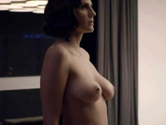 """14.dez.2014 - A atriz Rafaela Mandelli em cena na série """"O Negócio"""", da HBO"""