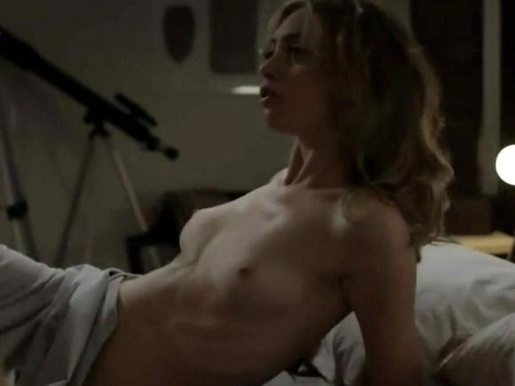 """14.dez.2014 - Cena de topless na série """"O Negócio"""""""