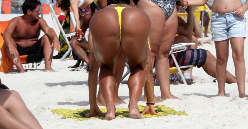 15.dez.2014 - A bela Gracyanne Barbosa, esposa do cantor Belo, aproveitou o dia de sol para renovar o bronzeado e exibir a ótima forma na praia da Barra da Tijuca, no Rio de Janeiro