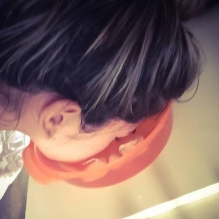 16.dez.2014 - O jornal Extra reuniu uma seleção de imagens para relembrar momentos bizarros de celebridades no Instagram em 2014. Sem pudor e bem humorados, famosos usaram a rede social para compartilhar momentos bem esquisitos. Na imagem, a ex-BBB Adriana Sant'Anna ensina técnica para amenizar as olheiras. Segundo ela, a indicação da dermatologista foi que mergulhasse o rosto numa bacia de gelo