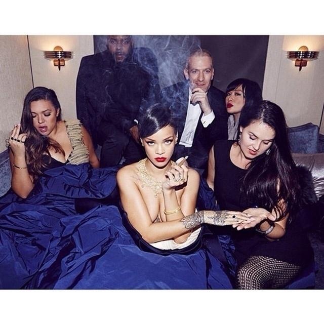"""18.dez.2014 - Rihanna voltou com tudo mesmo para o Instagram após um tempo """"magoada"""" porque uma foto sua foi excluída por conteúdo """"impróprio"""". A cantora presentou os fãs com um ensaio feito nos bastidores do Diamond Ball. Em das imagens, ela aparece com um vestido da grife Zac Posen, de topless e fumando um cigarro. O Diamond Ball é um evento beneficente é feito em prol da The Clara Lionel Foundation, instituição fundada pela própria cantora em 2012"""