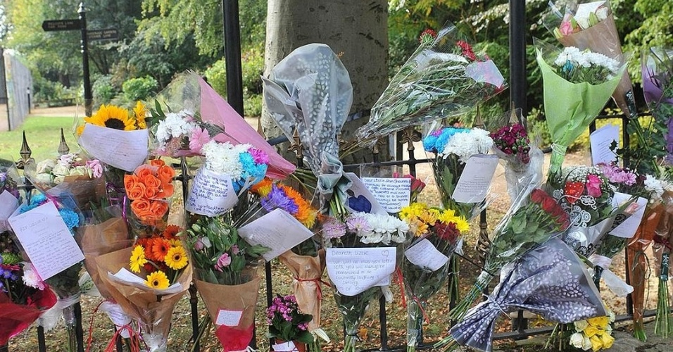 18.dez.2014 - Amigos e familiares colocam flores em frente ao parque onde Elizabeth foi encontrada morta, na cidade de Didsbury, em Manchester