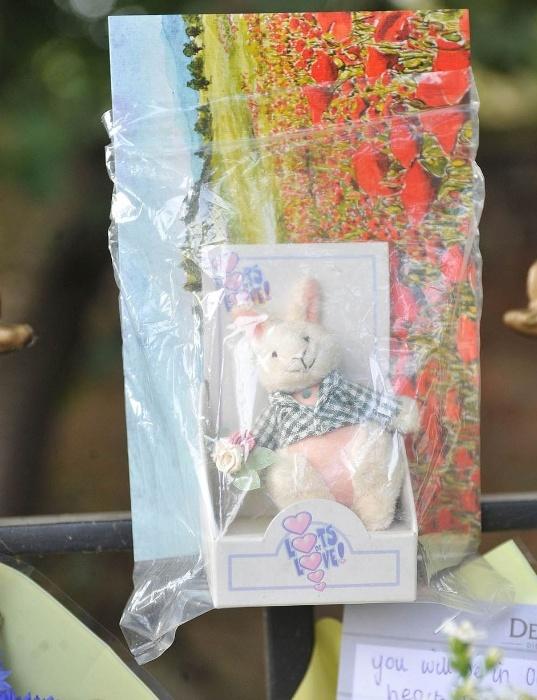 18.dez.2014 - Amigos e familiares fazem homenagem para a adolescente Elizabeth Lowe, na cidade de Didsbury, em Manchester