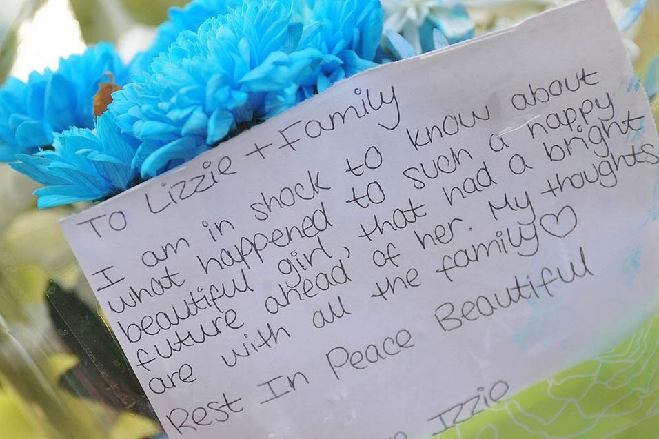 18.dez.2014 - Amigos escrevem carta em apoio à família da adolescente que se matou, na cidade de Didsbury, em Manchester