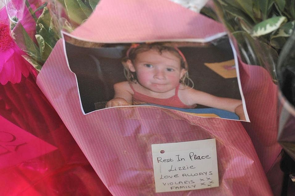 18.dez.2014 - Familiares prestam homenagens para Elizabeth Lowe com fotos de sua infância, na cidade de Didsbury, em Manchester
