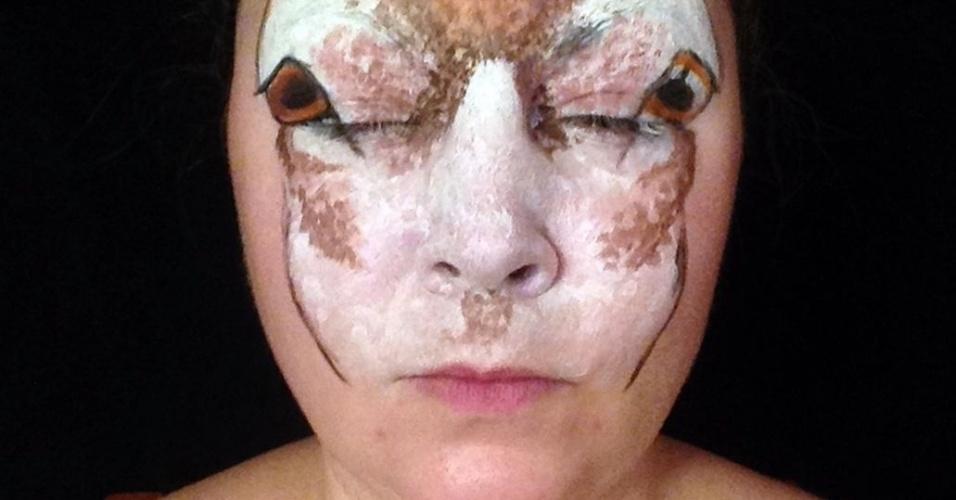 """24.dez.2014 - A maquiadora Maria Malone-Guerbaa, 40, usou seus dotes artísticos para se transformar em uma rena  em comemoração ao Natal. Segundo informações do site The Mirror, a britânica não usou próteses para mudar o rosto. Para a transformação, ela usou apenas tintas.  """"Levo mais de duas horas para construir o sombreamento e para criar a ilusão de profundidade no cabelo"""", contou a artista sobre o processo de criação"""