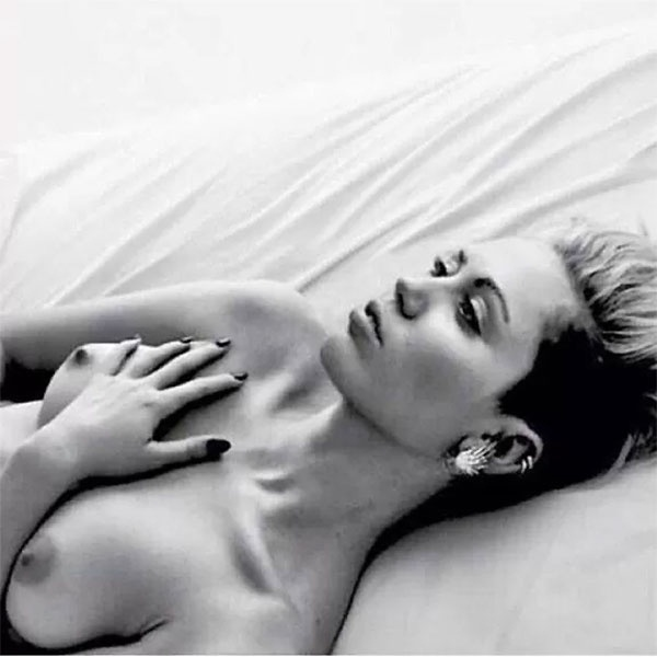 """27.dez.2014 - Miley Cyrus aderiu neste sábado (27) à campanha #FreeTheNipple (""""liberte o mamilo"""", em tradução literal). A cantora de 22 anos publicou um retrato em preto e branco no qual aparece deitada, sem nada cobrindo as mamas. """"Algum chato com certeza vai denunciar esta m****, mas f***-se"""", escreveu Miley na legenda da fotografia, devidamente acompanhada da hashtag da campanha. E parece que a cantora estava certa: a imagem não aparece mais em sua conta oficial no Instagram. Depois disso, Miley aproveitou o embalo e postou uma série de montagens brincando com a exposição de mamilos femininos nas redes sociais e a censura seletiva"""