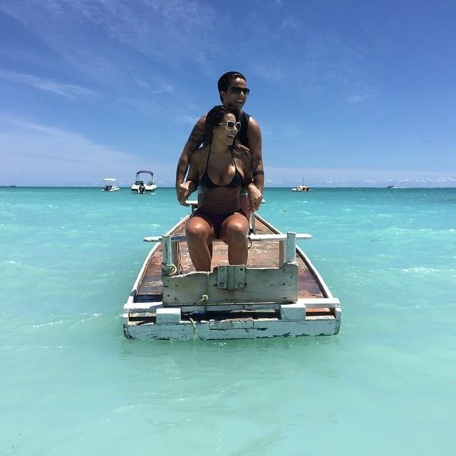 """29.dez.2014 - Thammy Miranda aproveitou o dia de sol para curtir a praia ao lado da namorada, a modelo Andressa Ferreira, em Alagoas, onde o casal está passando férias. Por ter se submetido a uma cirurgia para retirada dos seios recentemente, a atriz ainda não pode tomar sol sem camisa. """"Dr. Lecy Lindão, o sol foi só pra foto, tá? E estou de camiseta"""", escreveu Thammy na legenda da imagem, tranquilizando o médico"""
