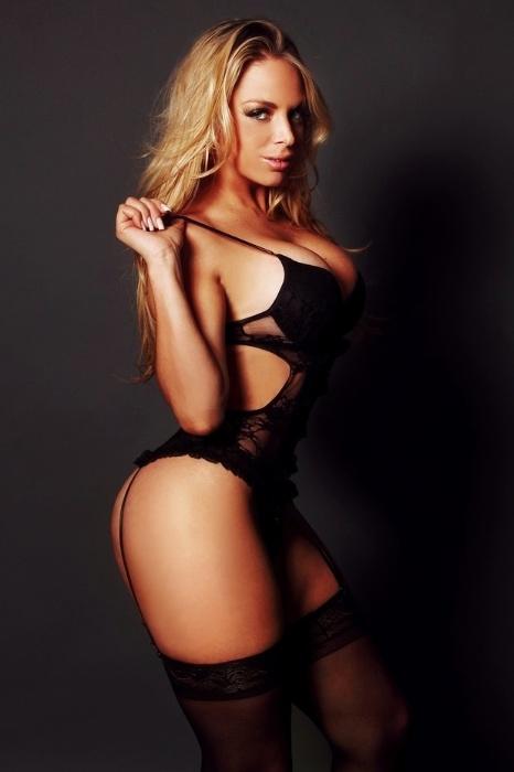29.dez.2014 - Jéssica Lopes fez um ensaio sensual com a lingerie que usará no Réveillon 2015. Contrariando o costume popular de usar branco, a gata escolheu uma lingerie preta para a ocasião.