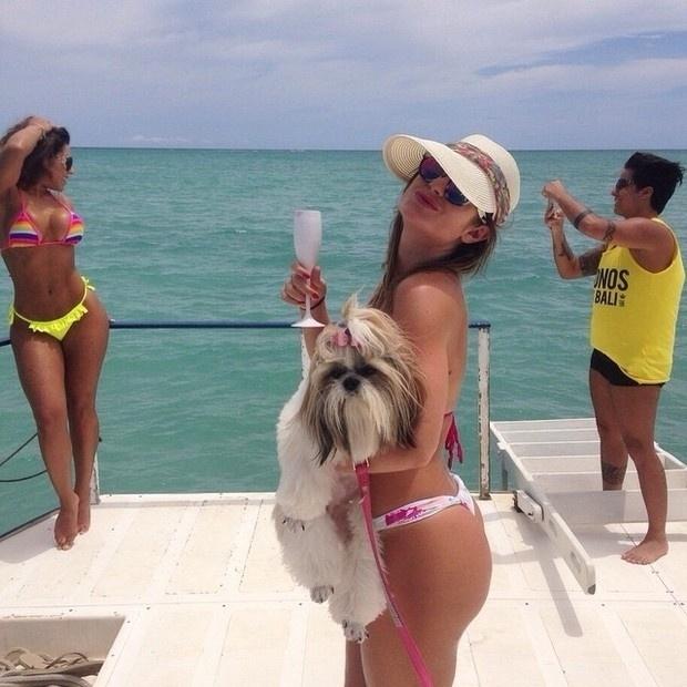 31.dez.2014 - Thammy, ao fundo, tira foto da namorada, a modelo Andressa Ferreira