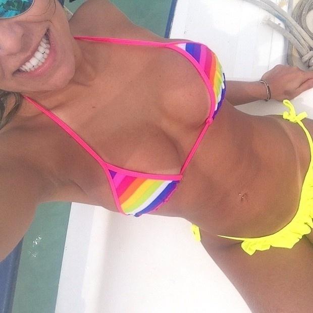 31.dez.2014 - Andressa Ferreira, namorada de Thammy, exibe suas curvas de biquíni em Alagoas