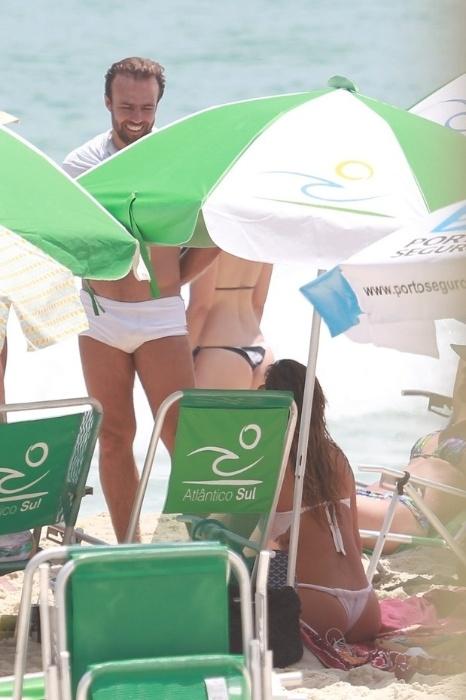 31.dez.2014 - Deborah Secco conversa com o ex-marido, Roger Flores, na praia da Barra da Tijuca, no Rio