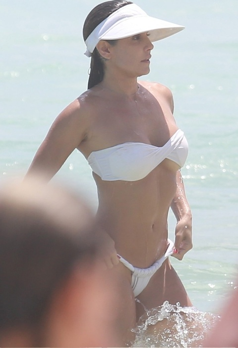 31.dez.2014 - Deborah Secco é clicada após mergulho na praia da Barra da Tijuca, no Rio