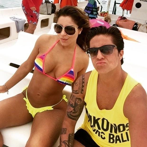 31.dez.2014- De sunga e regata, Thammy Miranda posa com a namorada Andressa Ferreira, em Alagoas