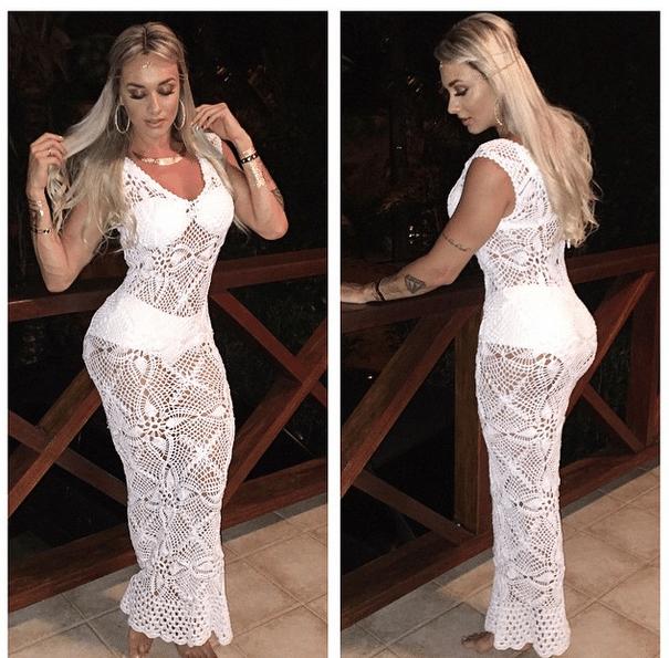 1º.jan.2015 - A ex-Panicat Juju Salimeni não aguentou o calor e resolveu tirar o vestido de crochê que estava usando durante a festa da virada. Empolgada, a bela comemorou com os seus fãs na internet: