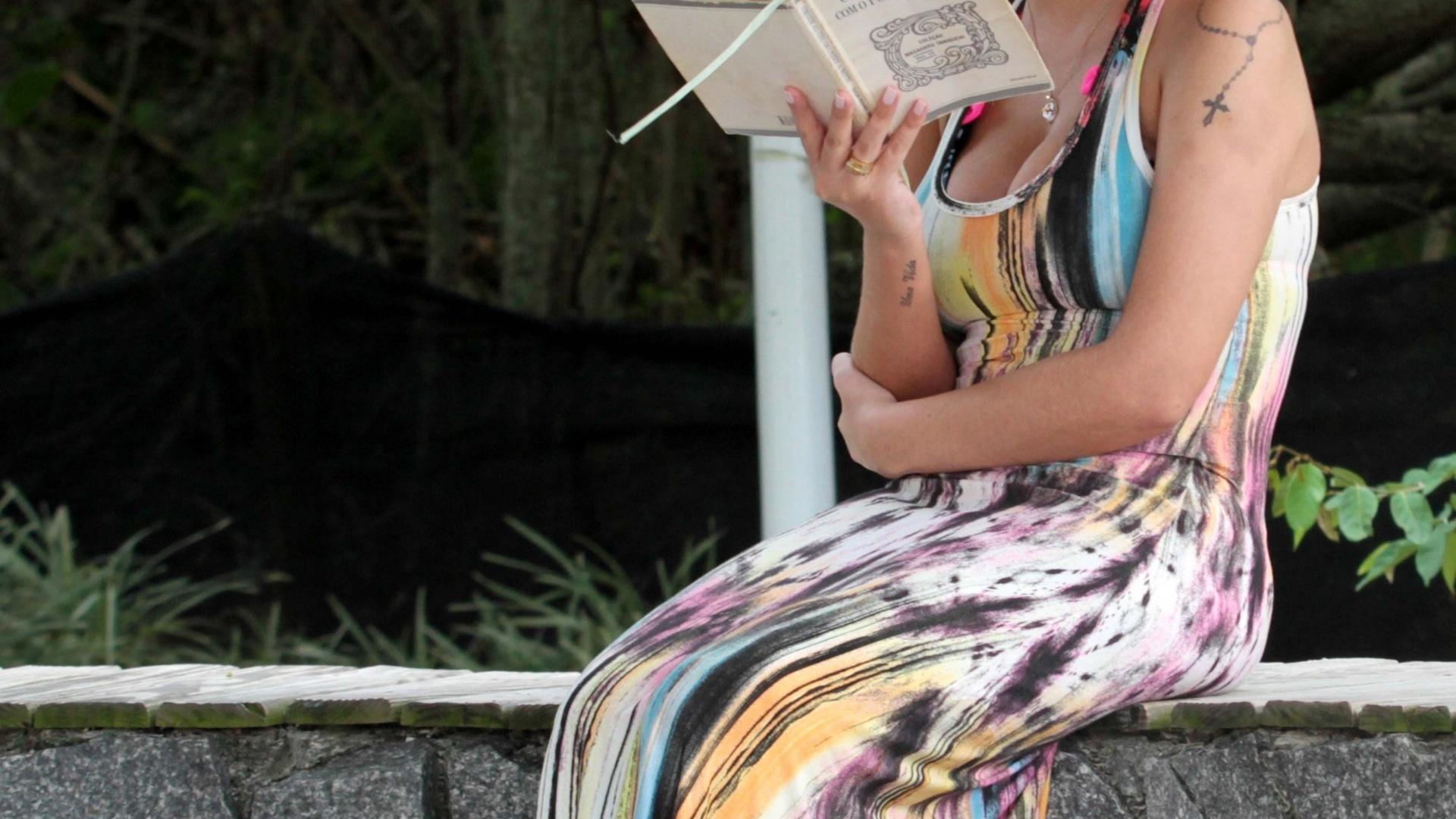 3.jan.2014 - Usando vestido longo, a modelo Andressa Urach foi fotografada pela primeira vez, em Florianópolis, em SC, desde recebeu alta do hospital, na véspera de Natal. Andressa caminhou pela calçadão e aproveitou para ler um pouco. Ela passou 25 dias internada em estado crítico, a maior parte deles na UTI, devido a um processo infeccioso decorrente da aplicação de hidrogel nas pernas