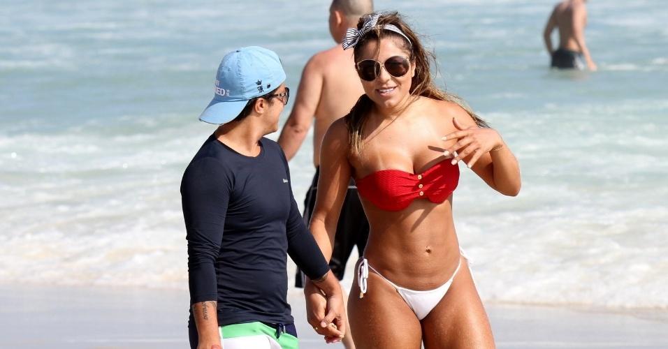 6.jan.2014 - Na Barra da Tijuca, Thammy curtiu o dia de sol com a namorada, Andressa Ferreira. A atriz usou uma blusa bem justa, que evidenciou o resultado de sua cirurgia de redução de mamas