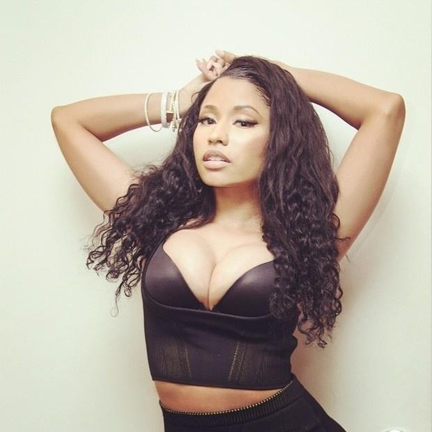 6.jan.2015 - A cantora Nicki Minaj não poupou ao mostrar sua comissão de frente posando superdecotada em imagens no Instagram. Nas fotos, a rapper aparece com boa parte do sutiã à mostra em um look justo, que também evidencia a barriguinha da artista