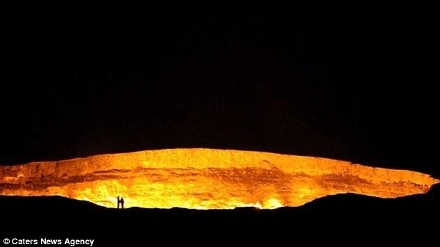 8.jan.2015 - Localizada no meio deserto de Karakum - no Turcomenistão - a cratera de Darvaz possui 70 metros de diâmetro por 20 metros de profundidade e está queimando ininterruptamente desde 1971. O local, carregado de lama fervente e chamas alaranjadas, é um campo riquíssimo em gás natural que exala forte cheiro de enxofre. O fogo de mais de 40 anos na cratera foi causado pelo homem; de acordo com o site Ecoviagem, geologistas da ex-União Soviética estavam escavando uma poço em busca de petróleo e gás natural, quando a plataforma de perfuração desabou. Eles ficaram assustados com a possibilidade de vazamento do gás e decidiram queimar a cratera, esperando que o incêndio durasse apenas alguns dias