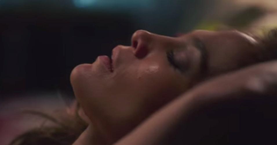 """9.jan.2015 - A atriz Jennifer Lopez, 45, vai protagonizar uma cena para lá de quente no filme """"O Garoto da Casa ao Lado"""", no qual interpreta uma professora que se envolve sexualmente com um vizinho adolescente, interpretado pelo modelo Ryan Guzman, de 27 anos. Na trama, os dois fazem sexo, e o jovem passa a perseguí-la depois. Jennifer dipensou o uso de dublês nas cenas e chegou a dizer à imprensa estrangeira que gravá-las foi """"constrangedor e intenso"""""""