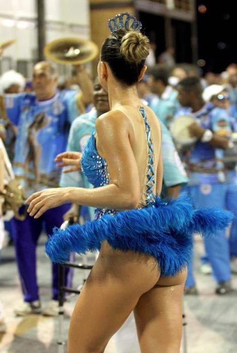 """11.jan.2015 - Sabrina Sato foi destaque no ensaio técnico da Vila Isabel na noite do último domingo (11), no Rio de Janeiro. A rainha de bateria da """"Azul e Branco"""" abusou da transparência no figurino, que exibe sua boa forma, e mostrou que tem samba nos pés"""