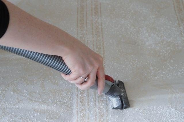 12.jan.2015 - Como limpar um COLCHÃO? Use aspirador de pó, polvilhe um pouco de bicarbonato de sódio e após, algumas horas, aspire a superfície do colchão para que ele fique totalmente limpo