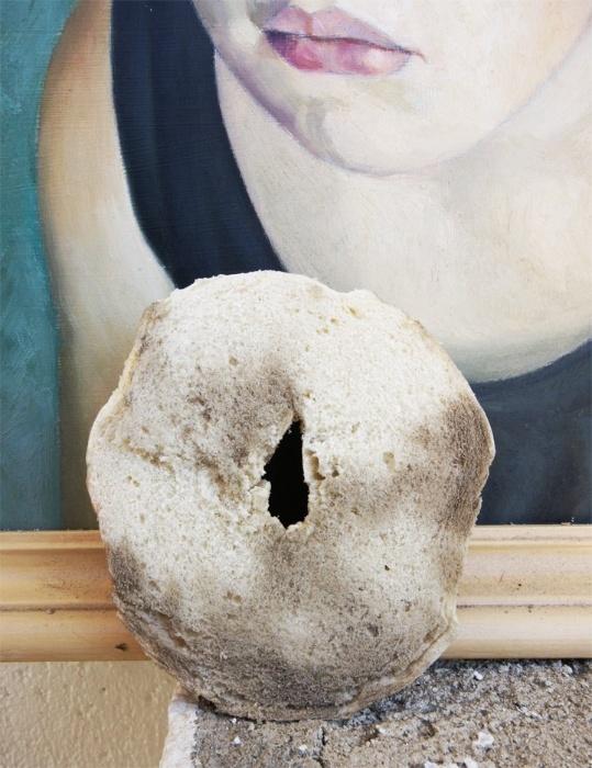 12.jan.2015 - PINTURAS: é possível limpar quadros pintados à mão sem danificá-los. Basta passar um pão macio (que não esfarele) na superfície empoeirada. Vale lembrar que este processo deve ser feito de forma delicada.