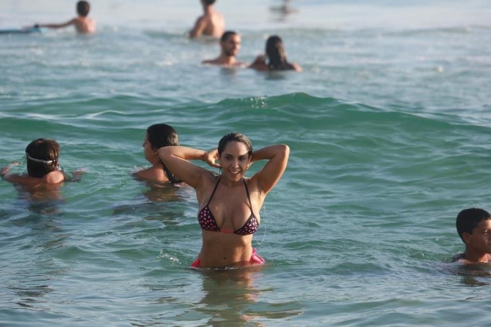 13.jan.2015 - Mulher Melão é flagrada após mergulho na praia da Barra da Tijuca, no Rio
