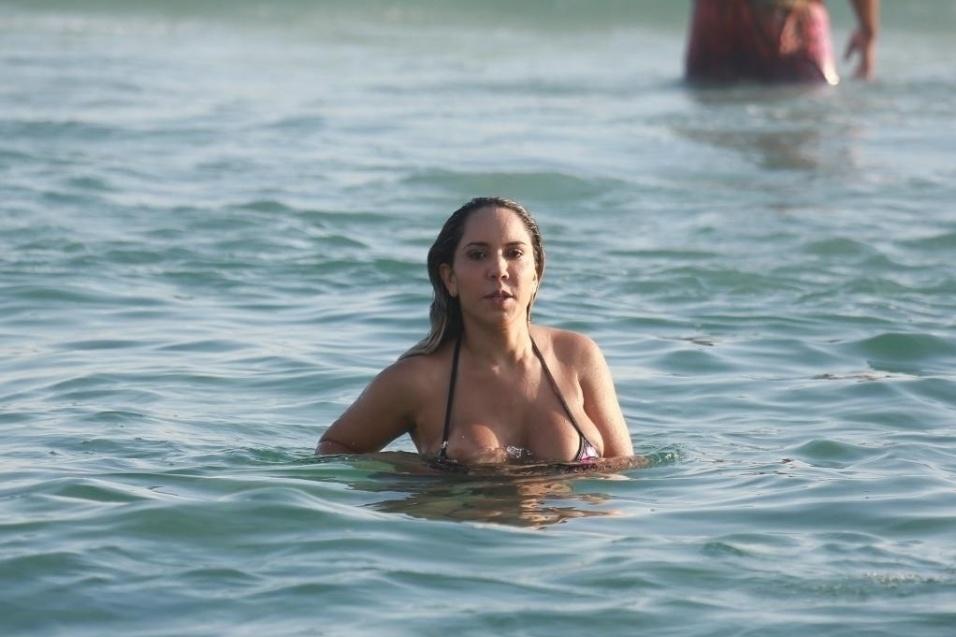 13.jan.2015 - Mulher Melão é flagrada curtindo a praia da Barra da Tijuca. Durante o mergulho, a funkeira foi traída pelo biquíni, que deixou os seus seios à mostra
