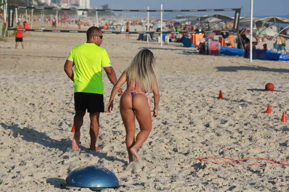 13.jan.2015 - Mulher Melão treina na praia da Barra da Tijuca, no Rio