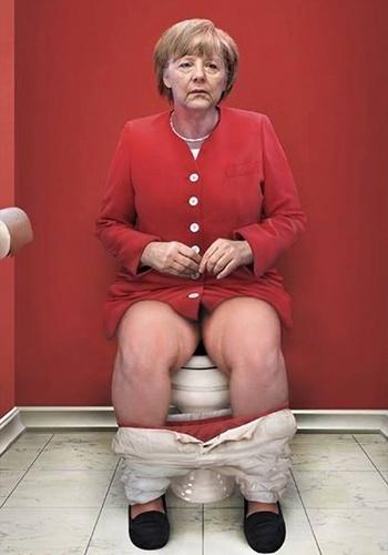 14.jan.2015 - A artista italiana Cristina Guggeri fez uma galeria de imagens curiosas para mostrar que os grandes líderes mundiais são gente como a gente. Na imagem. Angela Merkel aparece fazendo o 'chamado da natureza'