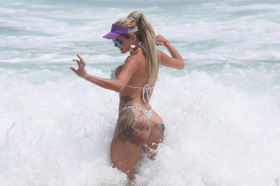 21.jan.2015 - A modelo transexual Thalita Zampirolli exibiu suas curvas ao curtir o dia de sol na praia do Pepê, na Barra da Tijuca, no Rio. A gata é conhecida por ser apontada como suposto ex-affair do ex-jogador e deputado federal Romário