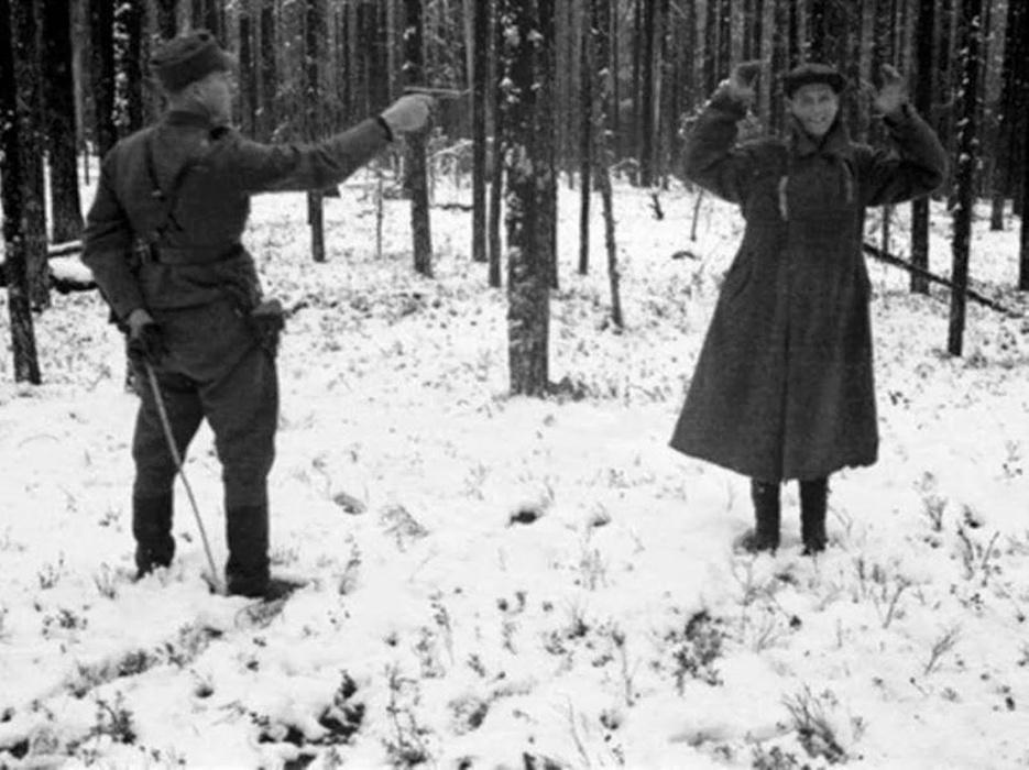 21.jan.2015 - A morte não parece incomodar este espião russo prestes a ser executado na Finlândia, em 1939, durante a Segunda Guerra