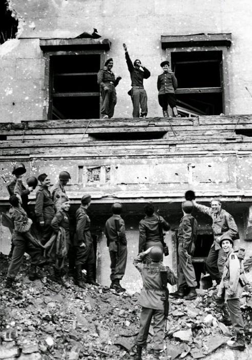 21.jan.2015 - Após vencer a Segunda Guerra Mundial, em 1945, alguns soldados das forças aliadas subiram no alto da varanda de Hitler, na chancelaria do Reich, na Alemanha, e zombaram do famoso bigode do ex-ditador alemão