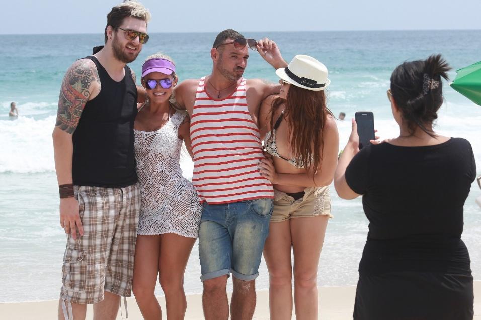 21.jan.2015 - Cássio, Thalita Zampirolli, Vagner e Amanda tiram foto juntos após curtir o dia na praia do Pepê, na Barra da Tijuca, no Rio