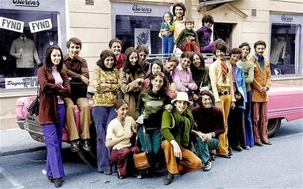 21.jan.2015 - Esta imagem mostra a família Bin Laden bem antes de Osama se tornar o terrorista mais procurado o planeta por conta dos atentados de 11 de setembro. Na foto, ele posa com sua família na Suécia durante os anos 1970. Bin Ladenestá de camisa verde e calça azul na direita da fotografia