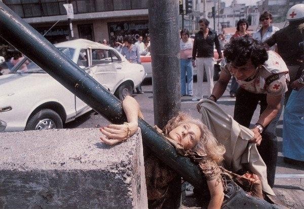 """21.jan.2015 - O acidente que tirou a vida da jornalista mexicana Adela Legarreta Rivas entrou para a história da fotografia com este clique feito por Enrique Metinides. A imagem, que mostra um atropelamento fatal, é considerada chocante e bela ao mesmo tempo, principalmente, por conta das feições de Adela, que, segundo o fotógrafo, está muito elegante e """"não parece estar morta"""""""