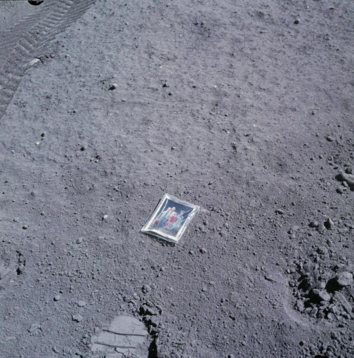 """21.jan.2015 - O astronauta Charles Duke, que em 1971 se tornou o décimo homem a pisar na lua, registrou um momento """"fofo"""" durante sua passagem pelo astro. Ele deixou uma foto da sua família na superfície lunar e registrou a homenagem"""