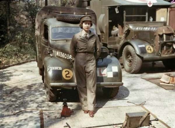 21.jan.2015 - Você conseguiu reconhecer a garota da foto? Se trata da rainha Elizabeth 2ª, da Inglaterra, no momento em que prestou serviços às forças armadas britânicas durante a Segunda Guerra