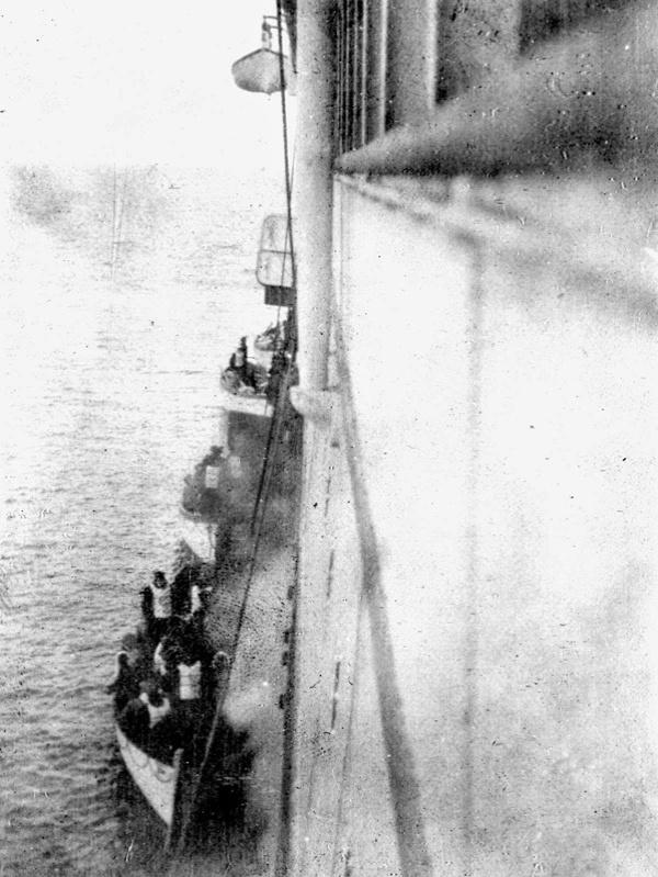 """21.jan.2015 - Você deve ter se emocionado com o filme """"Titanic"""", certo? Se sim, e mesmo que não, saiba que esta fotografia rara mostra alguns sobreviventes do famoso navio, que afundou em 1912, sendo resgatados por outra embarcação, o Carpathia"""