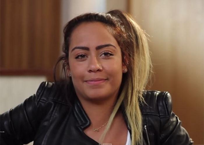 """24.jan.2014 - Em entrevista ao programa """"Sem filtro"""", canal do Youtube, Rafaella Santos, irmã de Neymar, contou que adora ir às compras. """"Não tem como ir ao shopping e falar: 'Vamos só comer e vamos embora'. Você vai passando em loja... Te chama. Passo em frente a uma loja e é um ímã, já me puxa. Não tenho porque eu chegar e não comprar. Tenho que me controlar"""", conta a jovem. """"Hoje, pelo fato de poder gastar, eu não tenho um pouco de controle. Mas gasto no que vale a pena. Gasto muito em viagem. Não é por gastar que vou ao shopping gastar milhões. Quando vou em loja, vou nas promoções"""", completa."""