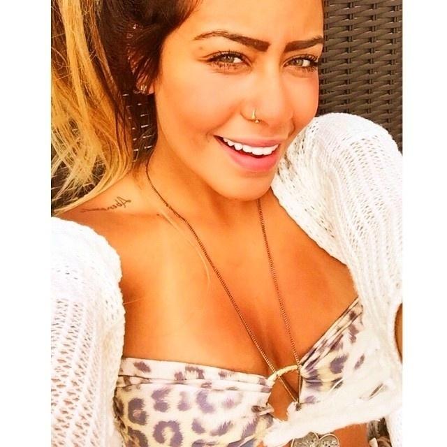 """24.jan.2014 - Em entrevista ao programa """"Sem filtro"""", canal do Youtube, Rafaella Santos, irmã de Neymar, contou que adora ir às compras. """"Não tem como ir ao shopping e falar: 'Vamos só comer e vamos embora'. Você vai passando em loja... Te chama. Passo em frente a uma loja e é um ímã, já me puxa. Não tenho porque eu chegar e não comprar. Tenho que me controlar"""", conta a jovem. """"Hoje, pelo fato de poder gastar, eu não tenho um pouco de controle. Mas gasto no que vale a pena. Gasto muito em viagem"""", completa ela. Na imagem do Instagram, Rafaella posa fazendo charme"""
