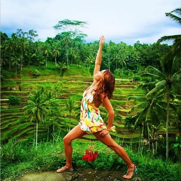 27.jan.2015 - A especialista em sexo e relacionamentos Kim Anami viaja pelo mundo dando palestras sobre ao assunto. A jovem aproveitou para criar uma série de fotos em seu Instagram usando a hashtag #ThingsILiftWithMyVagina (Coisas que eu levanto com a minha vagina, em tradução livre). Para levantar os objetos, e até frutas, como bananas, ela conta com um dispositivo para exercícios vaginais, chamado