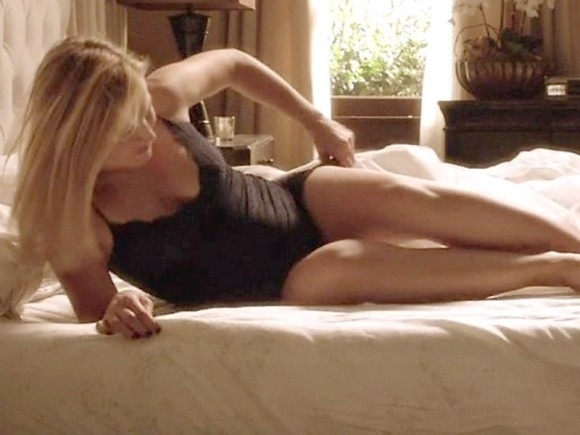 """30.jan.2015 - A atriz Kristen Bell protagonizou cenas usando apenas uma lingerie preta na série """"House Of Lies"""", exibida no canal norte-americano Showtime"""