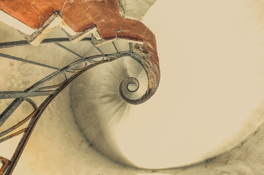 30.jan.2015 - Apaixonado pela exploração de lugares antigos, Christian Richter cresceu na Alemanha Oriental. Depois da reunificação do país, ele visitava prédios desocupados locais, mas não registrava nada. Isso mudou quando Richter ganhou uma câmera. A partir disso, ele começou a fotografar edifícios com escadas totalmente abandonadas e foi melhorando a qualidade das imagens, que são incríveis