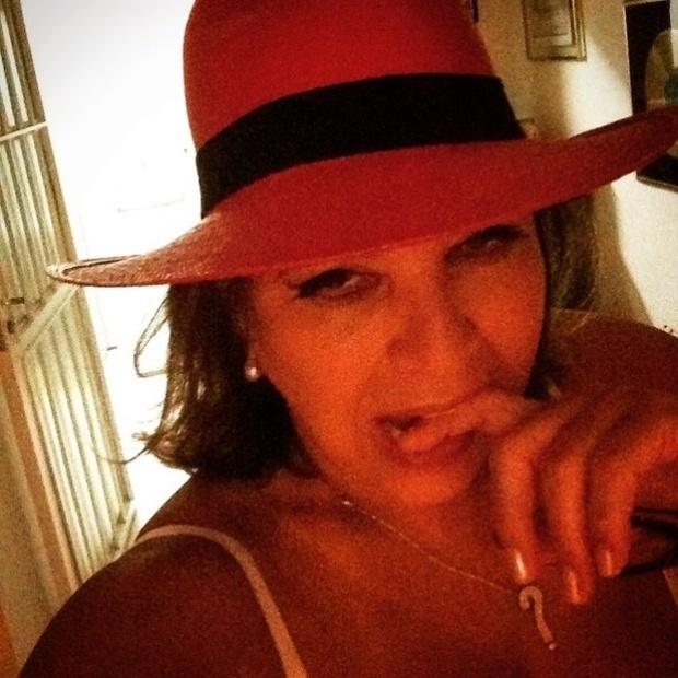"""4.fev.2015 - Rainha da espontaneidade na web, a cantora Roberta Miranda postou uma selfie na madrugada desta quarta-feira para a coleção de retratos originais que os fãs adoram. Nesta imagem, Roberta aparece apenas de sutiã, sensualizando com o dedo na boca. Os internautas aprovaram a foto: """"Como não amar?"""", """"Poderia ser capa de CD"""", """"A mais sensual de todas as mortais"""", comentaram alguns dos fãs"""
