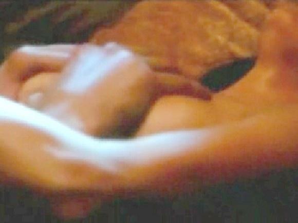 """6.fev.2015 - Jennifer Lopez está de volta à telona em """"O Garoto da Casa ao Lado"""". No filme, que tem previsão de estreia em 26 de março, a atriz e cantora aparece nua e protagoniza cenas de sexo com Ryan Guzman, que na vida real tem 27 anos, mas no longa dá vida a um adolescente. Na trama, JLo interpreta uma professora que vive uma noite de amor com o seu vizinho. O site Egotastic! reproduziu e divulgou imagens picantes da atuação dos atores."""